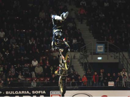 Night of the Jumps: Подмол дари корона на Риналдо