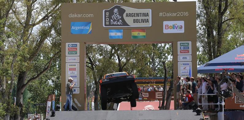 Холандец поведе при колите в рали Дакар