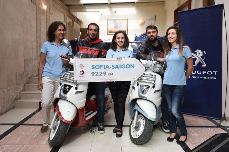 Амбициозното пътешествие ъс скутери Peugeot Django премина през София