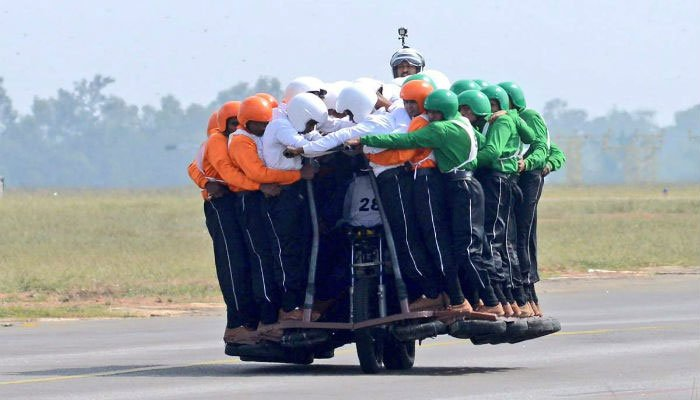 Рекорд в Индия – 58 души на един мотоциклет
